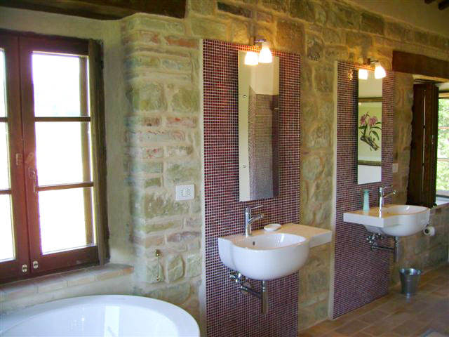 Villa la regina | bathrooms | le marche holliday rent villa for small group and team building