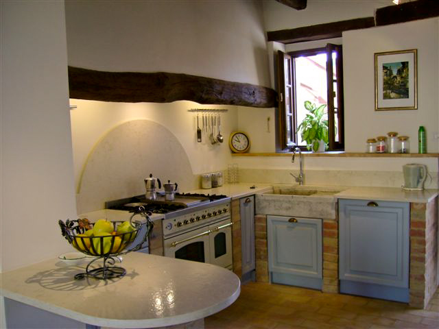 Villa la regina | kitchen | le marche holliday rent villa for small group and team building