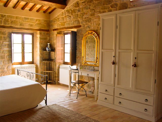 Villa la regina | bedrooms | le marche holliday rent villa for small group and team building